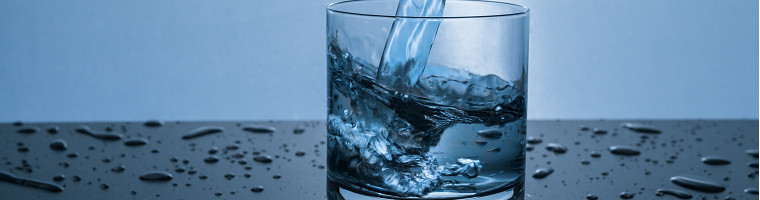 Viel trinken und Gurgeln sind die wohl einfachsten Hausmittel gegen Halsschmerzen