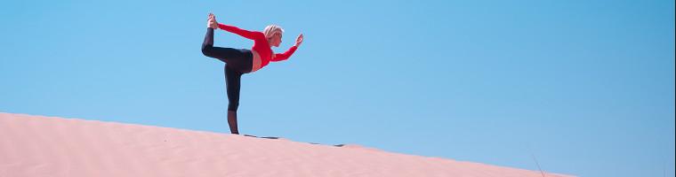Yoga lindert verschiedenste Beschwerden. Die Kombination aus Bewegung, Meditation und Atemübungen wirkt sich wie viele andere Sportarten positiv auf unsere Gesundheit aus.