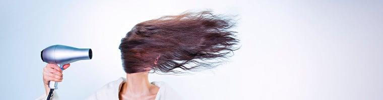 """Für die Pflege von Haar und Kopfhaut gibt es viele Hausmittel. Gegen Läuse kommen vor allem """"normale"""" Öle und ätherische Öle zum Einsatz."""