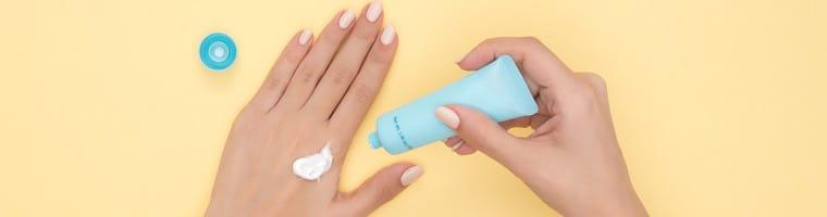 Die richtige Hautpflege auszuwählen ist wichtig um verschiedene Krankheitsbilder der Haut zu behandeln. Es gibt Hausmittel auf Ölbasis als auch auf Wasserbasis.