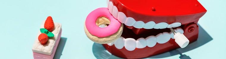 Wenn ein Zahn schmerzt, ist schnelle Hilfe gefragt. Zum Glück gibt es eine Hausmittel gegen Zahnschmerzen die helfen können.