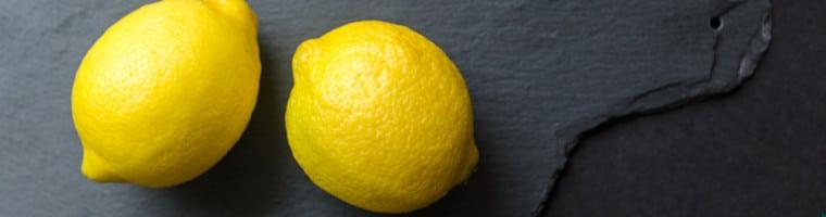 Der Saft der Zitronen wirkt ähnlich wie Essig als chemisches Peeling der toten Kopfhautzellen.