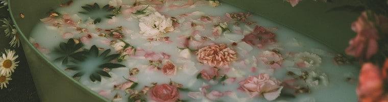 Ein Fußbad hat viele Vorteile: Es wärmt oder kühlt, regt die Durchblutung an, entspannt oder weicht die Haut an.