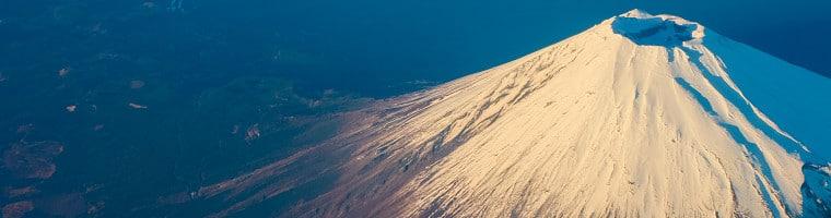 Der Bimsstein ist ein poröser Vulkanstein. Seine Dichte ist niedriger als Wasser, deswegen kann er darin schwimmen.